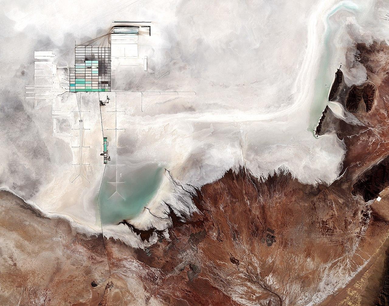 1280px-Uyuni_salt_flat,_Bolivia_ESA380675